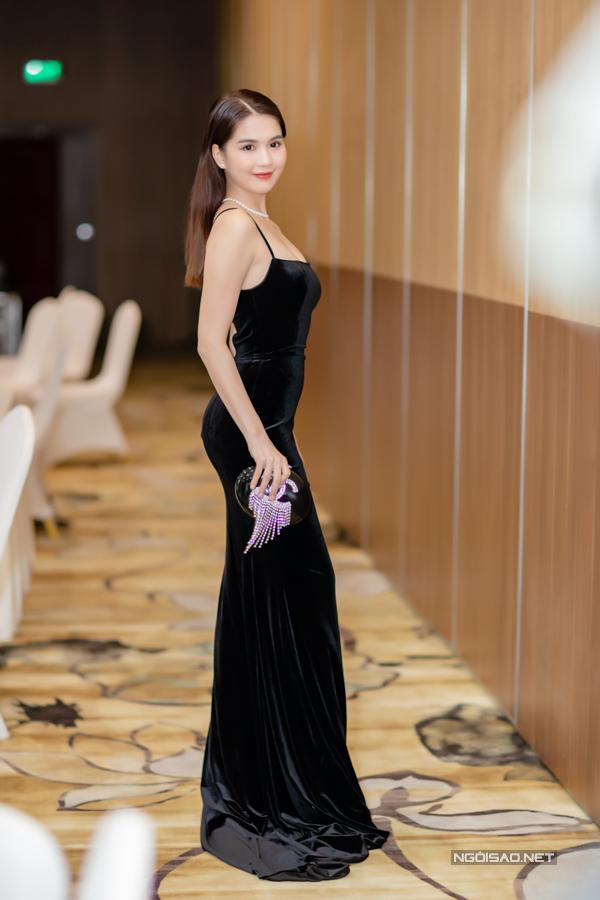 Ngọc Trinh chọn váy dạ hội màu đen bằng chất liệu nhung khi ra Hà Nội sự event vào thời điểm giao mùa. Trang phục bó sát, phô trọn 3 vòng gợi cảm cho búp bê 9X.
