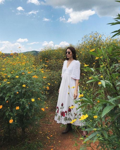 Tăng Thanh Hà diện váy trắng dáng dài thướt tha, đi boots và đeo kính tạo dáng ngầu chụp hình giữa rừng hoa dã quỳ trong chuyến du lịch Đà Lạt cùng những người bạn thân.