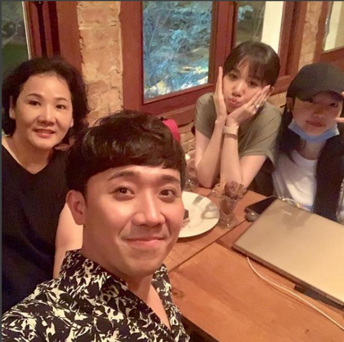 Trấn Thành đi ăn với gia đình Hari Won. Nữ ca sĩ để mặt mộc nhợt nhạt nhưng vẫn nhí nhảnh tạo dáng pose hình.