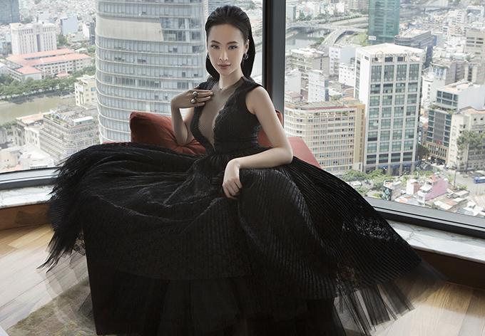 Vốn được giới mộ điệu biết đến với phong cách thời trang biến hóa không ngừng, lần này, Angela Phương Trinhthể hiện vẻ đẹpkiêu sa trong những thiết kế mới củaNguyễn Công Trí.