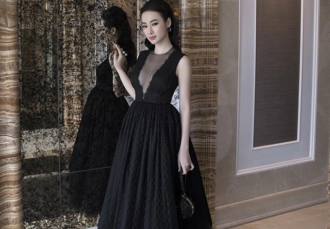 Công Trí sử dụng voan và lưới với cách xếp tùng váy nghìn lớp cầu kỳ, tạo độ phồng tự nhiên cho chân váy mà vẫn uyển chuyển, sống động, mềm mại theo từng bước chân của người mặc.