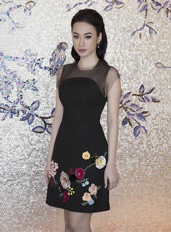 Những hoa nổi, tông màu rực rỡ được bố trí một cách khéo léo nhằm biến mẫu váy đen dáng cocktail trở nên cuốn hút hơn.