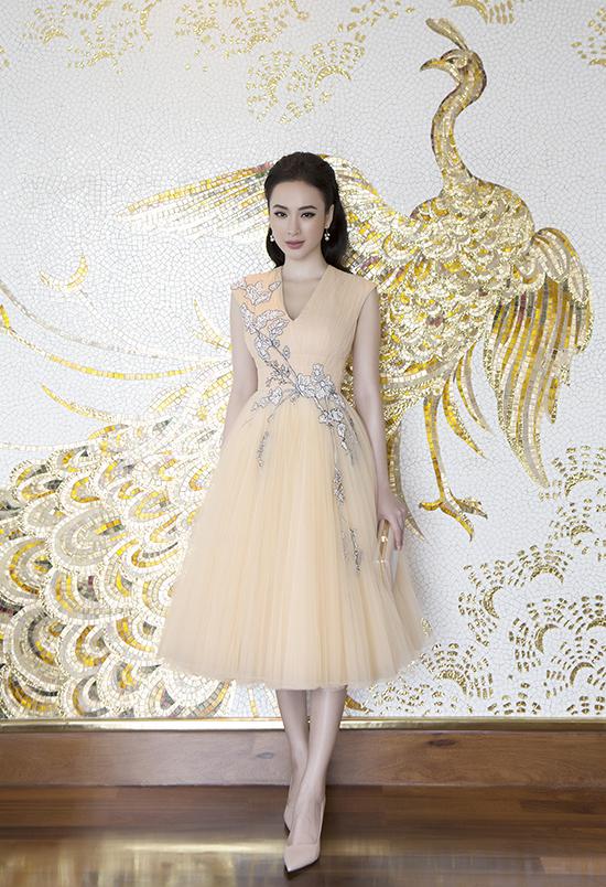 Trong loạt thiết kế dành cho mùa thu, nhà mốt Việt còn lăng xê các kiểu váy xoè cổ điển. Chân váy xoè được xếp layer bằng chất liệu voan lưới tạo độ bồng bềnh.
