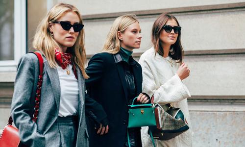 Các quý cô khoe phong cách trên đường phố Paris
