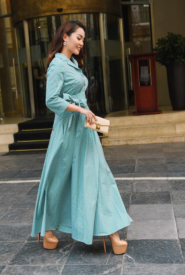 Trong tiết trời mùa thu se lạnh của Hà Nội, Ngọc Anh xuống phố với những bộ đầm dài với những chi tiết thắt nơ hoặc bèo nhúm điệu đà.