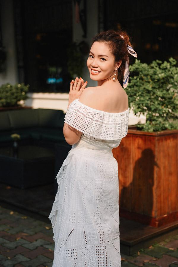 Ngọc Anh thừa nhận cô là tuýp phụ nữ ngọt ngàonên cô luôn chọn các mẫu váy tôn lên nét nữ tính.