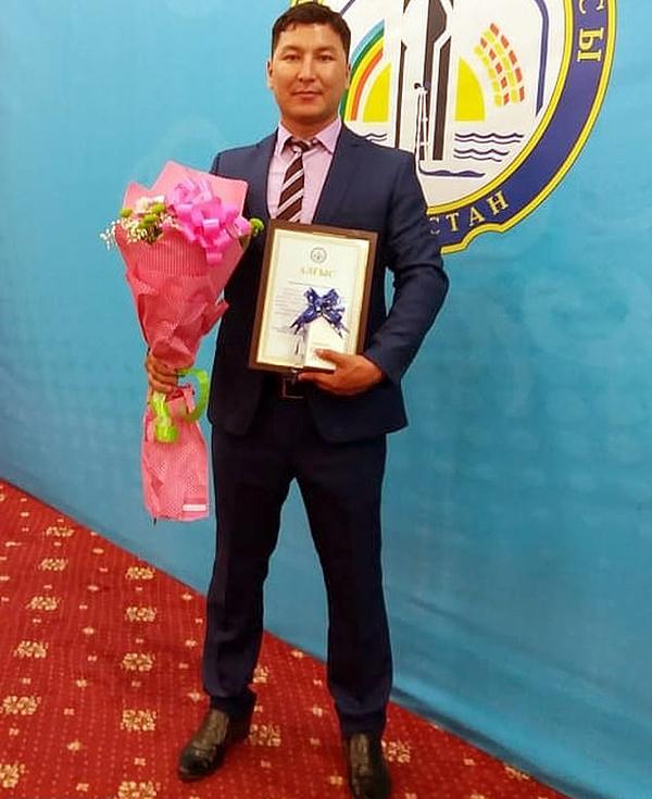 Shygys từng được tặng thưởng vì cống hiến trong công việc khi làm giáo viên ở thành phố Ky