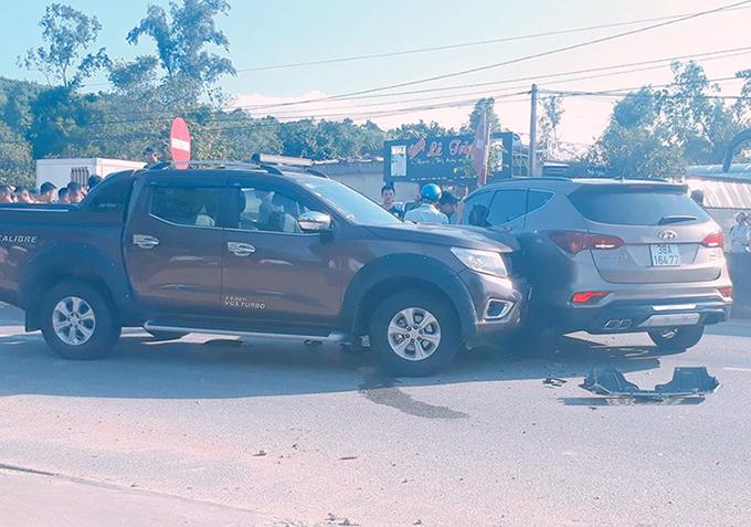 Chiếc Huyndai Santa Fe bị xe bán tải tông vào hông, ép dừng lại. Ảnh: Linh Diệu