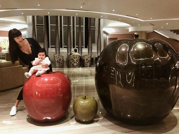 Hà Anh đăng ảnh con gái cưng: Myla mà ngồi trên quả táo to ở sảnh khách sạn để đón khách thế này thì đảm bảo nườm nượp khách.