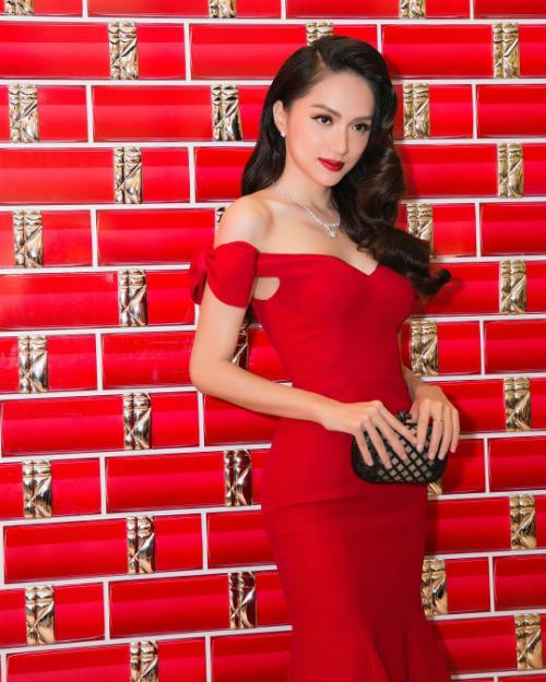 Hoa hậu chuyển giới Hương Giang diện váy bó sát phô đường cong gợi cảm.
