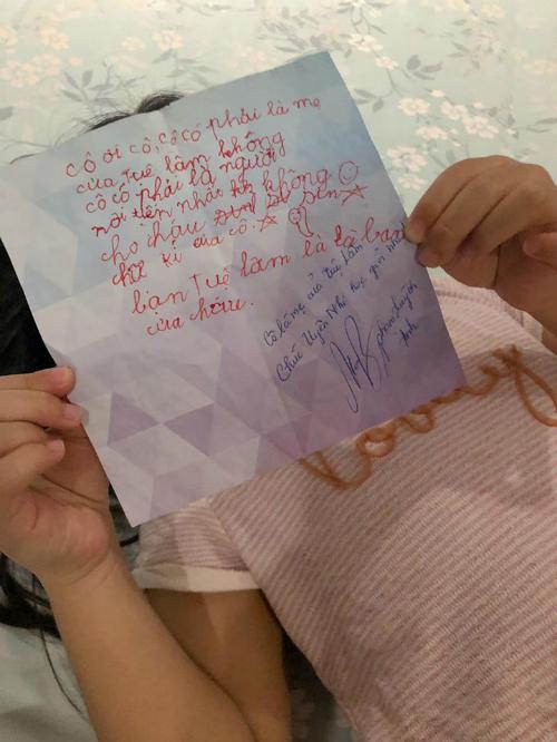 Phạm Quỳnh Anh được bạn học của con gái mới lớp 2 đã gửi thư xin chữ ký.
