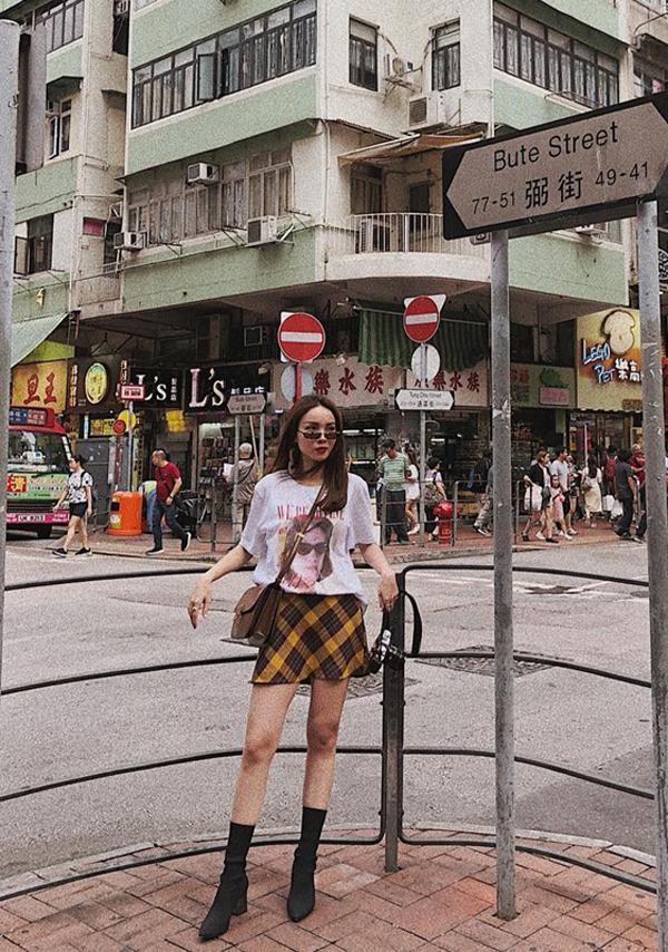 Với những bạn gái muốn tăng chiều cao có thể tham khảo cách phối chân váy ngắn cùng bốt hot trend như Yến Trang.