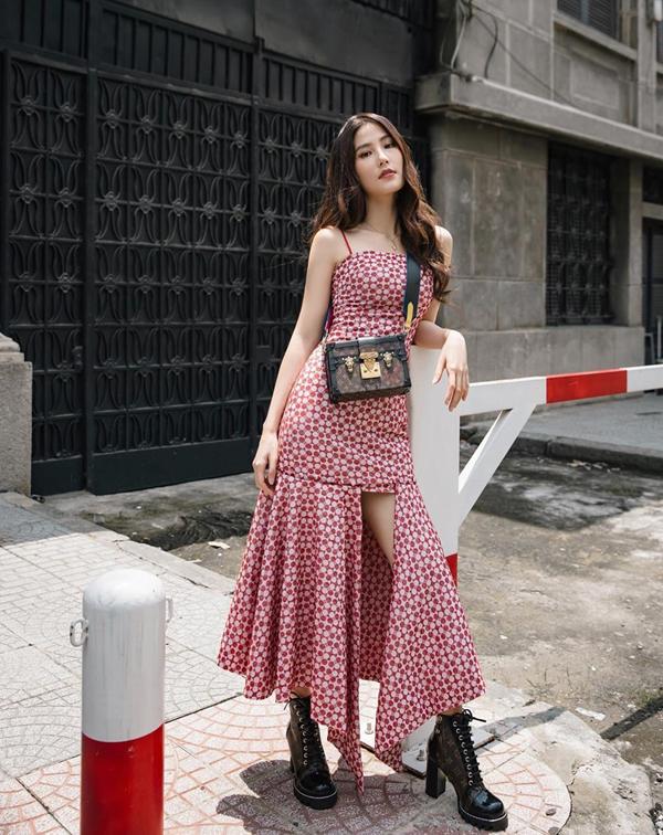 Chọn túi xách và bốt đồng điệu về màu sắc, chất liệu da là cách sao Việt vẫn yêu thích khi phối đồ. Đơn cử như cách Diễm My 9xmix túi đeo chéo và bốt da họa tiết monogram của Louis Vuitton.
