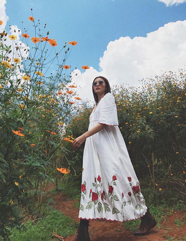 Ngoài các kiểu quần jeans ống ôm, Tăng Thanh Hà còn chọn bốt da để phối cùng các kiểu váy maxi, đầm dáng rộng mang lại sự thoải mái và phóng khoáng.
