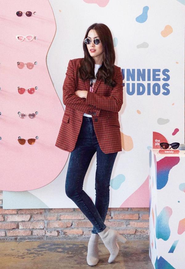Bốt cổ thấp được làm từ các chất liệu da, vải thun, len có kiểu dáng ôm sát cổ chân được Tăng Thanh Hà yêu thích. Cô chọn chúng để mix cùng các dáng quần skinny, áo jacket, blazer để tôn nét hiện đại.