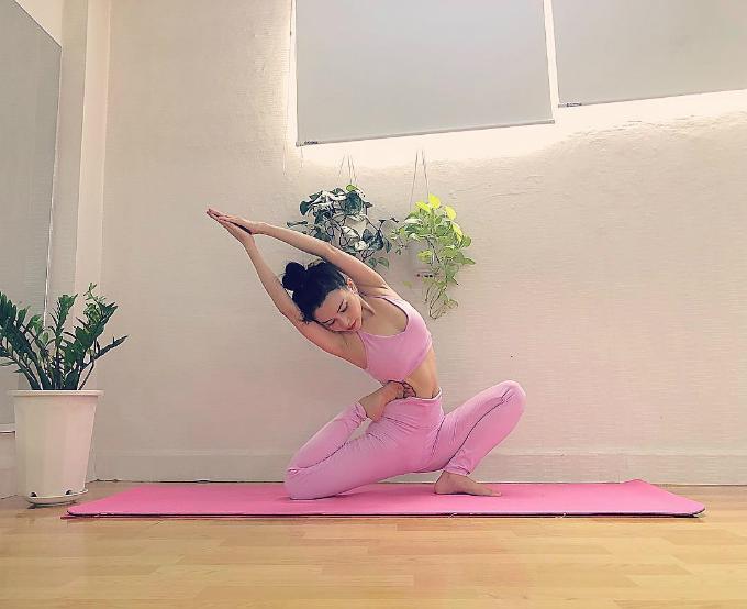 Sĩ Thanh chăm chỉ tập yoga.