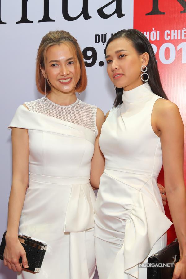 Đôi bạn thân Anh Thư và Dương Mỹ Linh diện trang phục trắng ton-sur-ton.