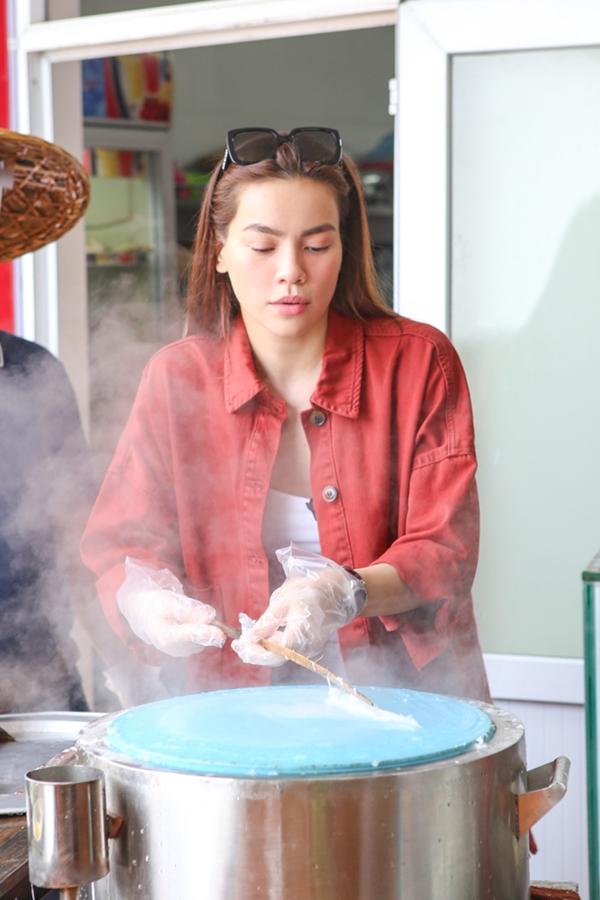 vốn ít khi nấu ăn tại nhà, chính vì thế Hồ Ngọc Hà rất hào hứng ngay khi thử thách trải nghiệm chế biến các món ăn, tự tay làm ra các món chiêu đãi Cindy Bishop.