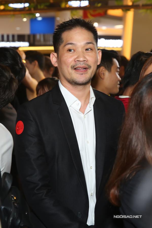 Chồng đại gia của Ngân Khánh lặng lẽ đứng phía dưới sân khấu theo dõi vợ từ xa. Anh và diễn viên Ngân Khánh kết hôn đầu năm 2015,  vẫn đang tận hưởng hạnh phúc son rỗi, chưa vướng bận con cái.