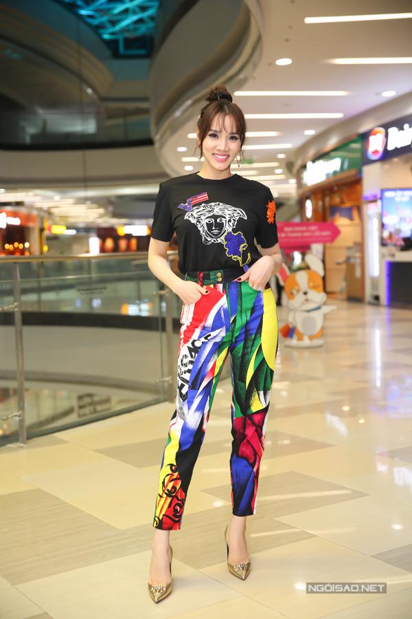 Trang Nhung diện trang phục họa tiết pop-art hiện đại. Hiện cô hạnh phúc với tổ ấm riêng, hiếm khi xuất hiện trước công chúng.