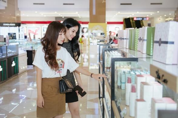 Bạn có thể thỏa sức mua sắm tại các trung tâm thương mại.