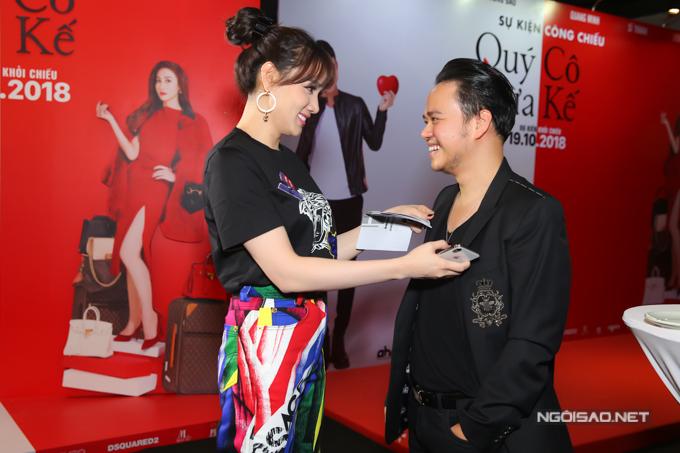 Trang Nhung chăm sóc ông xã trước khi bắt đầu sự kiện. Cô luôn đồng hành, ủng hộ tinh thần cho chồng thực hiện các dự án điện ảnh.