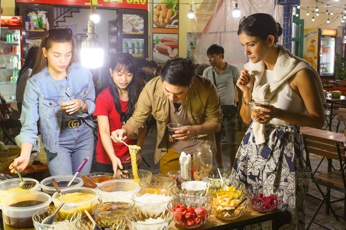 Ba nghệ sĩ thưởng thức các món chè nổi tiếng của Việt Nam. Chương trình sẽphát sóng vào lúc 17h20 ngày21/10 trên HTV9.