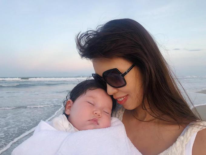 Hà Anh gửi con gái: Chúc con gái bé bỏng ngày lễ phụ nữ đầu tiên 20/10 con nhé!Con là tình yêu vĩnh cửu của ba mẹ.
