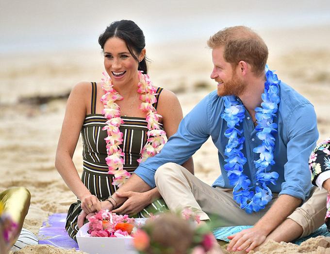 Vợ chồng Harry - Meghan ngồi trên bãi cát Bondi Beach trò chuyện với nhóm chăm sóc sức khỏe tinh thầm OneWay sáng 19/10. Ảnh: PA.