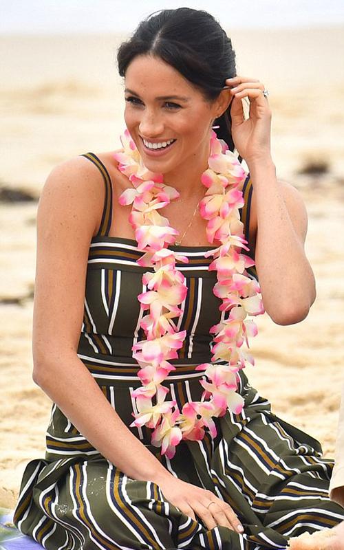 Nữ công tước xứ Sussex đeo vòng hoa được nhóm OneWay tặng trên bãi biển Bondi Beach ở Sydney sáng 19/10. Ảnh: PA.