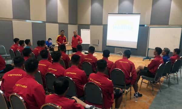 HLV Hoàng Anh Tuấn và Giám đốc kỹ thuật Gede khích lệ tinh thần các cầu thủ U19 Việt Nam trước trận ra quân gặp Jordan. Ảnh: VFF.
