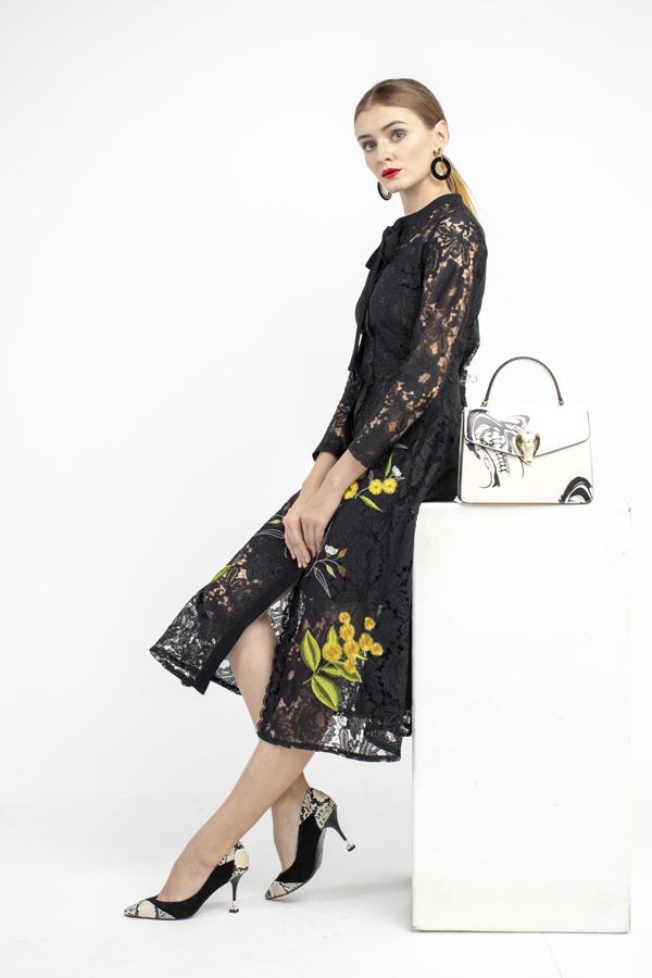 Túi xách da nữ Cobra Handbag dập nổi hình đầu rắn quyền lực đi cùng giày da trăn nữ Scarpin Shoes.