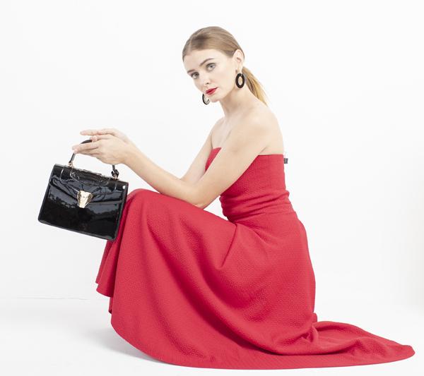 Phiên bản Python Shape Handbag màu đen ma mị và quyến rũ.