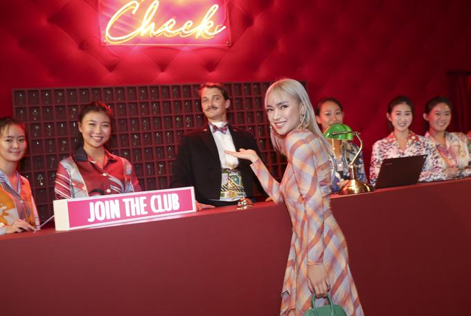 Fashionista Châu Bùi đắm mình trong thế giới những chiếc khăn vuông - 1