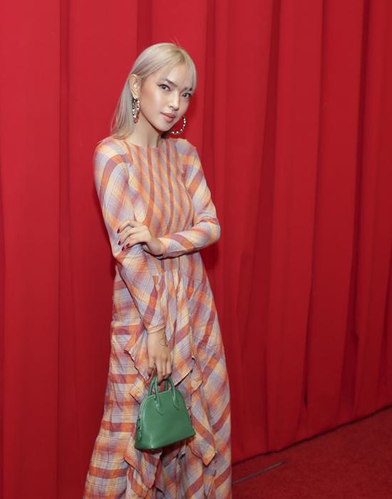 Fashionista Châu Bùi đắm mình trong thế giới những chiếc khăn vuông