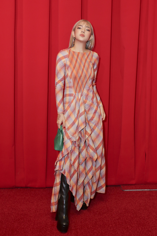 Fashionista Châu Bùi đắm mình trong thế giới những chiếc khăn vuông - 3