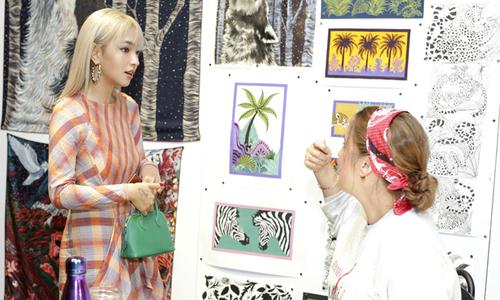 """Fashionista Châu Bùi đắm mình trong """"thế giới những chiếc khăn vuông"""""""