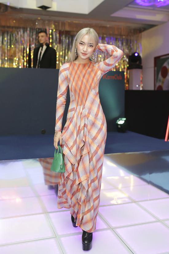 Fashionista Châu Bùi đắm mình trong thế giới những chiếc khăn vuông - 4