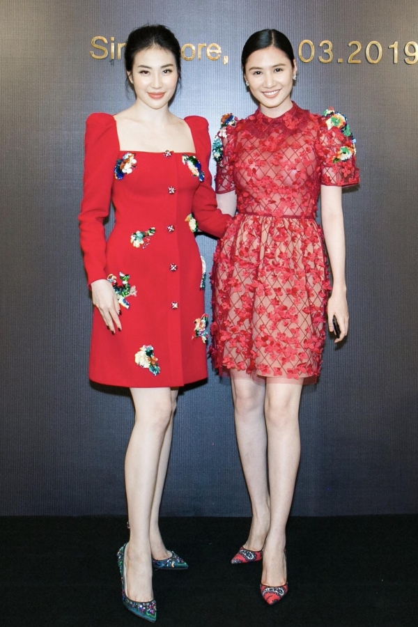 Á hậu Việt Nam 2008 Minh Thư (trái) và người đẹp Tường Vy.