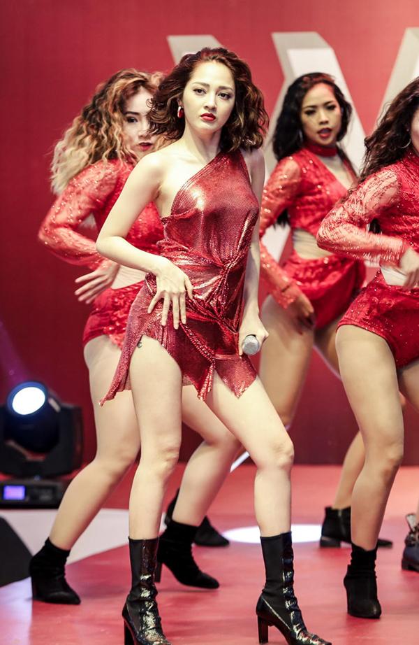 Tối qua Bảo Anh có dịp phô diễn phong cách trình diễn lôi cuốn cùng vẻ gợi cảm qua từng động tác vũ đạo. So với thời điểm mới nổi tiếng từ cuộc Thi The Voice, cô ngày càng táo bạo hơn.