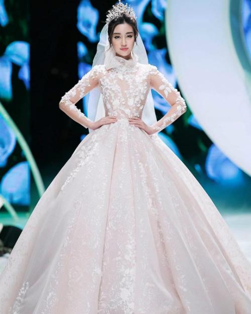 Đỗ Mỹ Linh thích thú khoe: Hôm qua Linh là cô dâu mới. Chú rể là ai thì chưa biết cứ mặc váy thật xinh cái đã.