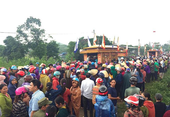 Hàng nghìn người đội mưa đưa tiễn 4 nạn nhân. Ảnh: Hùng Lê