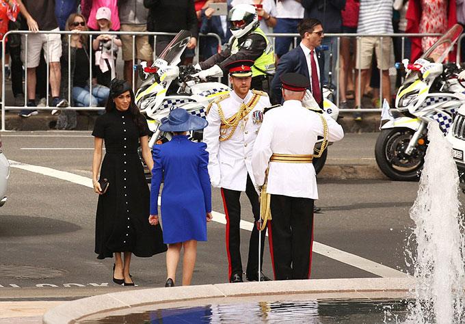 Tiếp đón vợ chồng hoàng gia Anh từ khi bước xuống xe là vợ chồng Thống đốc New South Wales David Hurley.