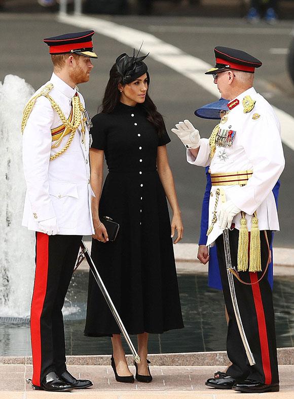 Hoàng tử Harry mặc bộ trang phục đẹp và danh giá nhất của mình với huân chương, KCVO (viết tắt của Knight Commander of the Royal Victorian Order - Huân chương hiệp sĩ của Tổng chỉ huy quân độiHoàng gia Anh)và cầm kiếm. Trong khi đó, Meghan mặc bộ váy dài màu đencủa Emilia Wickstead và đội mũ cùng màu củaPhilip Treacy.