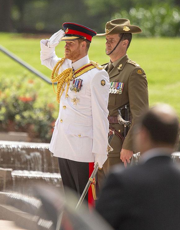 Hoàng tử Harry giữ khuôn mặt trang nghiêm suốt buổi lễ để tưởng niệm những người đã hy sinh vì chiến tranh.