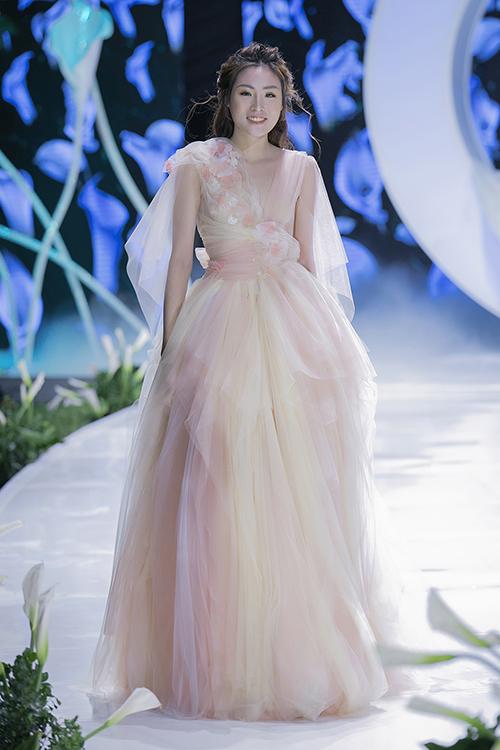 Trang phục mang gam màu hồng pastel giúp tân nương hóa thân thành một đóa hoa xuân rạng rỡ trong tiệc cưới.