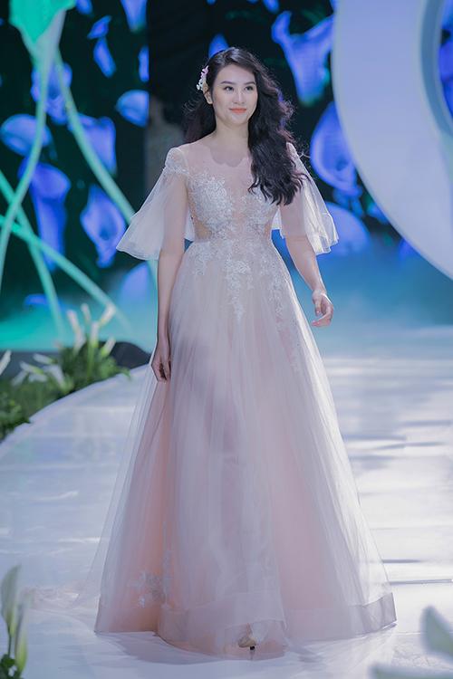 Lãng mạn, bay bổng là điều mà NTK muốn truyền tải ở mẫu váy này. Bề mặt chất liệu được xử lý khéo léo, thêu ren sắc nét càng làm tăng thêm nét dịu dàng cho cô dâu trong ngày đại hỷ.