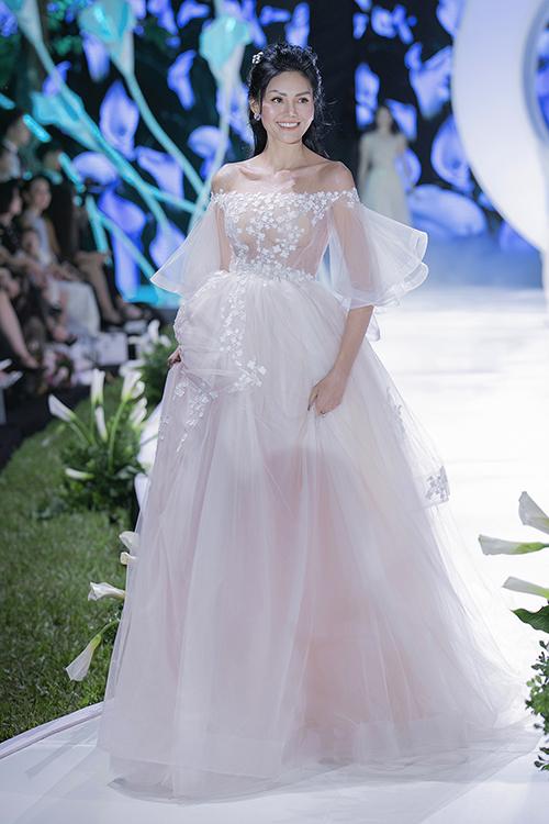 Các mẫu váy cưới trễ vai sẽ giúp cô dâu trở nên gợi cảm, quyến rũ hơn bao giờ hết. Tuy nhiên, thiết kế này sẽ là lựa chọn cần tránh đối với tân nương có phần vai kém thon gọn.