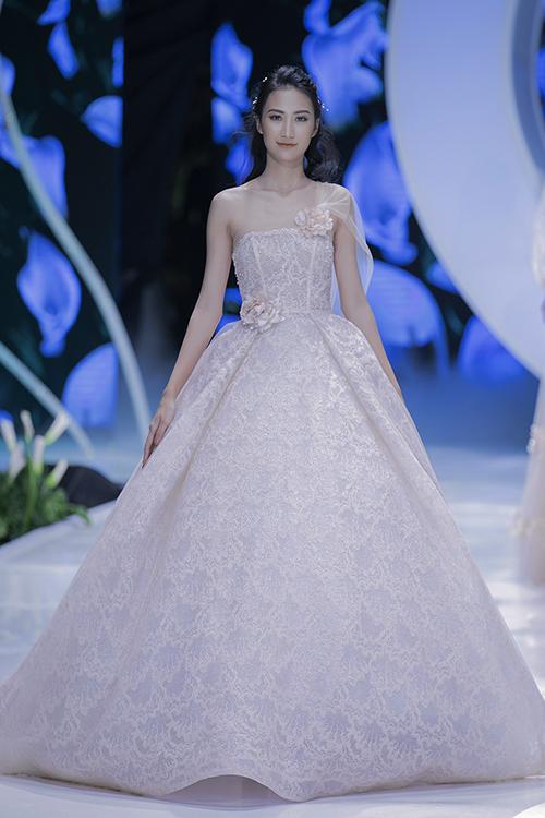 Thân váy được thêu ren tinh xảo, tôn nét yêu kiều, vẻ đẹp của cô dâu mới. Váy có thiết kế cúp ngực xòe phồng mang đến sự trẻ trung, duyên dáng cho người diện.