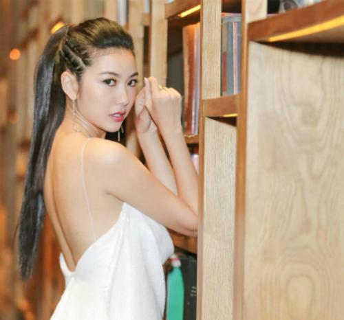 Á hậu Thuý Vân khoe lưng trần với váy 2 dây gợi cảm.